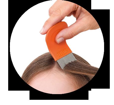 Anwendung des NYDA® Läuse- und Nissenkamms bei einer Haarsträhne.